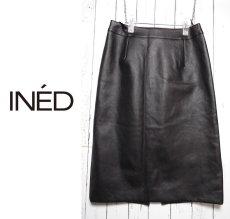画像2: 【値下げしました】着回し◎ 手洗いOK INED(イネド)レザータッチ ナイロン素材ブラックスカート  サイズ:2(ウエスト:68cm)【レディース】【USED】 (2)